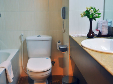 Luxury-Deluxe-Bathroom-amenities-at-Ramada-Katunayake