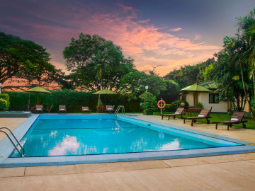 Outdoor-swimming-Pool-Ramada-katunayake